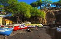 在黑沙子海滩,旧城,圣地亚哥海岛,佛得角的五颜六色的渔船 免版税库存照片