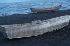 在黑沙子的小船 免版税库存图片