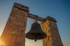 在黑海海岸在日落,塞瓦斯托波尔,克里米亚的著名Hersones响铃 免版税图库摄影