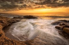 在黑海海岸的岩石日出 免版税图库摄影