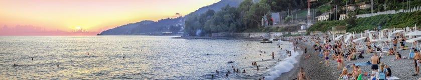 在黑海海岸Microdistrict Mamaika,索契,俄罗斯的日落 库存照片