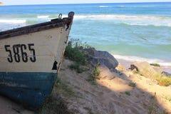 在黑海海边的一条老木小船在奥布佐尔,保加利亚 库存照片