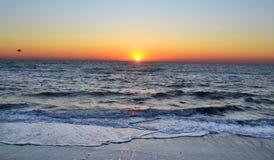 在黑海的明亮的天空和秋天日出 免版税库存照片