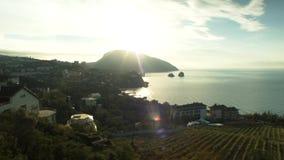 在黑海的美好的明亮的日落Sudak的 射击 与海角Kapchik概述的海边  蓝色克里米亚小山横向赤裸天空 股票录像