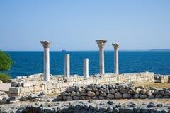 在黑海的背景的古老大理石柱 古老Chersonesos,克里米亚废墟  库存照片