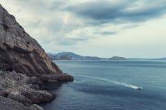 在黑海的黎明 与山的早晨海景 图库摄影
