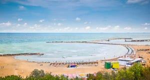 在黑海, Constanta,罗马尼亚的美丽的沙子海滩。 库存图片
