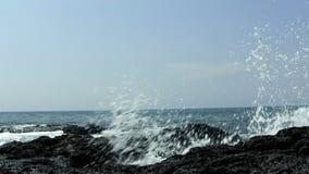 在黑熔岩岩石的海浪支持Kona夏威夷 影视素材