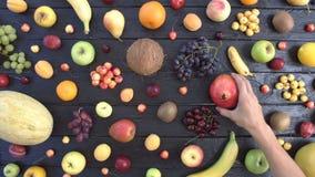 在黑生态背景的果子 顶视图 影视素材