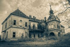 在黑白哥特式的样式的一座老被放弃的可怕城堡 库存照片