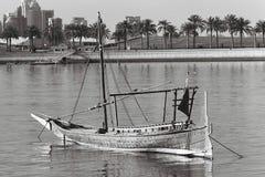 在黑白影片的小近海单桅三角帆船 免版税库存照片