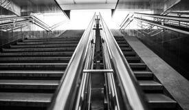 在黑白的地铁台阶 免版税图库摄影