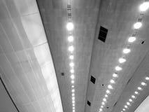 在黑白的工业室内游泳池照明设备 库存图片