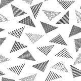 在黑白的手拉的被仿造的三角几何无缝的样式,传染媒介 库存照片