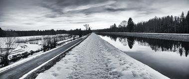 在黑白的神秘的冬天风景-沿的足迹是 图库摄影
