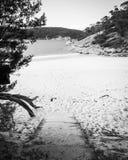 在黑白避难所的小海湾上的入口 库存图片