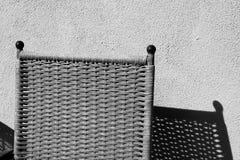 在黑白陈列的一把椅子它的阴影 免版税库存照片