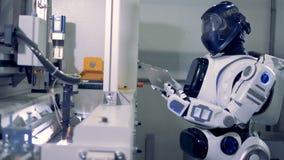 在黑盔甲的一个机器人在片剂键入 股票视频