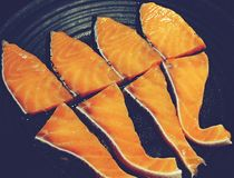 在黑盘鱼的顶视图新鲜的未加工的三文鱼 库存图片