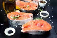 在黑石头的未加工的鲑鱼排,准备为烹调 图库摄影