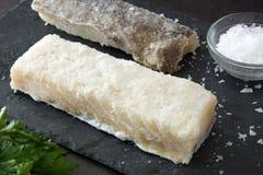 在黑石头的盐味的干鳕鱼 典型的复活节食物 库存图片