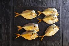 在黑石盘子的熏制的翻车鱼 免版税库存图片