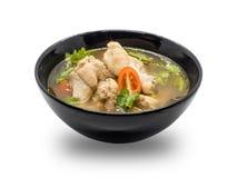 在黑碗的热和辣鸡汤在白色背景 库存图片