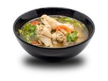 在黑碗的热和辣鸡汤在白色背景 库存照片