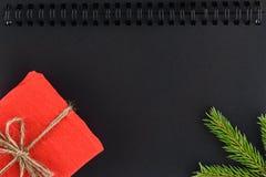 在黑笔记薄板料的圣诞节背景 免版税库存照片