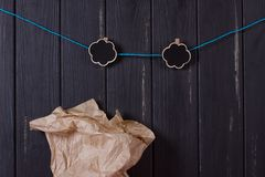 在黑篱芭附近的一个工艺袋子有服装扣子的 免版税库存照片
