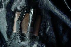 在黑织品的老黑折叠的刀子是发光的 库存图片