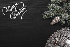 在黑背景、一棵杉树与锥体和装饰对象 免版税库存图片
