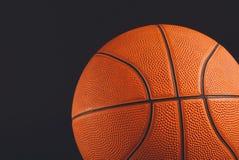 在黑背景拷贝空间的篮球球 图库摄影