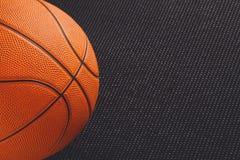 在黑背景拷贝空间的篮球球 库存照片