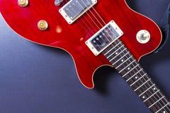 在黑背景特写镜头的红色电吉他 概念电吉他例证音乐 库存照片