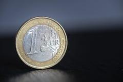 在黑背景的一枚欧洲硬币 免版税库存照片