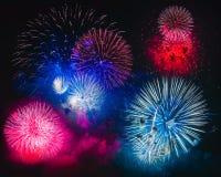 在黑背景的五颜六色的烟花爆炸 免版税图库摄影