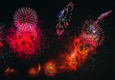 在黑背景的五颜六色的烟花爆炸 免版税库存图片