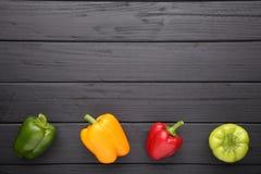 在黑背景的五颜六色的胡椒 免版税库存照片
