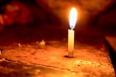 在迷离背景隔绝的蜡烛传播的光 免版税库存照片