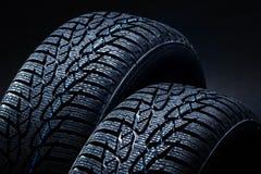 在黑背景的冬天轮胎与明暗差别强烈照明设备 库存照片