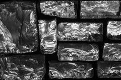在黑背景的参差不齐的大块玻璃 抽象模式 免版税库存图片