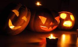 在黑背景的可怕万圣夜南瓜和瓜起重器o灯笼点燃了与小在周围和星蜡烛 库存照片