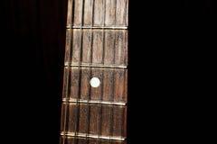 在黑背景的吉他脖子 免版税库存图片
