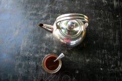 在黑背景的咖啡杯水壶 免版税库存照片