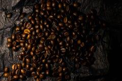 在黑背景的咖啡粒 库存图片