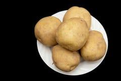 在黑背景的土豆 库存图片