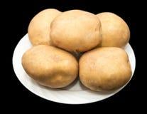 在黑背景的土豆 免版税库存图片