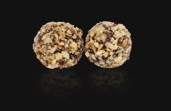 在黑背景的块菌状巧克力与反射 Homemad 免版税库存图片