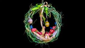 在黑背景的复活节花圈 库存照片